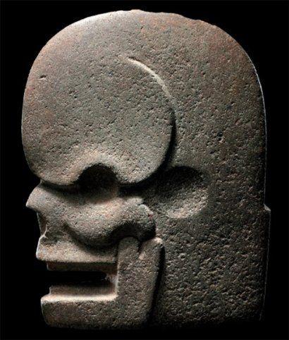 Hachaen forme de crâne Culture Maya, Guatemala Période Classique, 550 à 950 après J.-C. Pierre gris-vert à surface lisse et mate. Forme stylisée d'un crâne humain élégamment sculpté