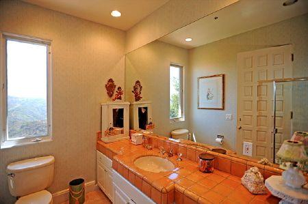 Tim McGraw & Faith Hill- Kids Bathroom