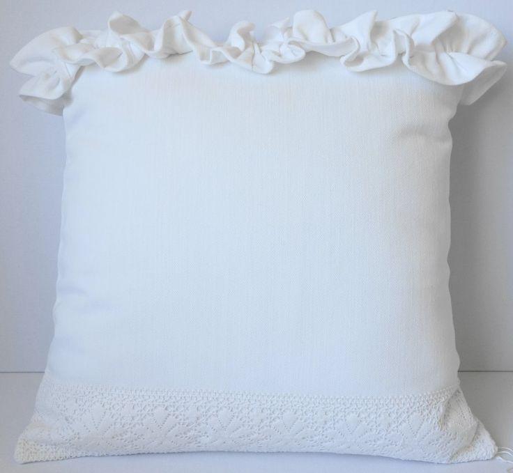 Biała stylowa poduszka ozdobna (sprzedawca: KakaduArt), do kupienia w DecoBazaar.com