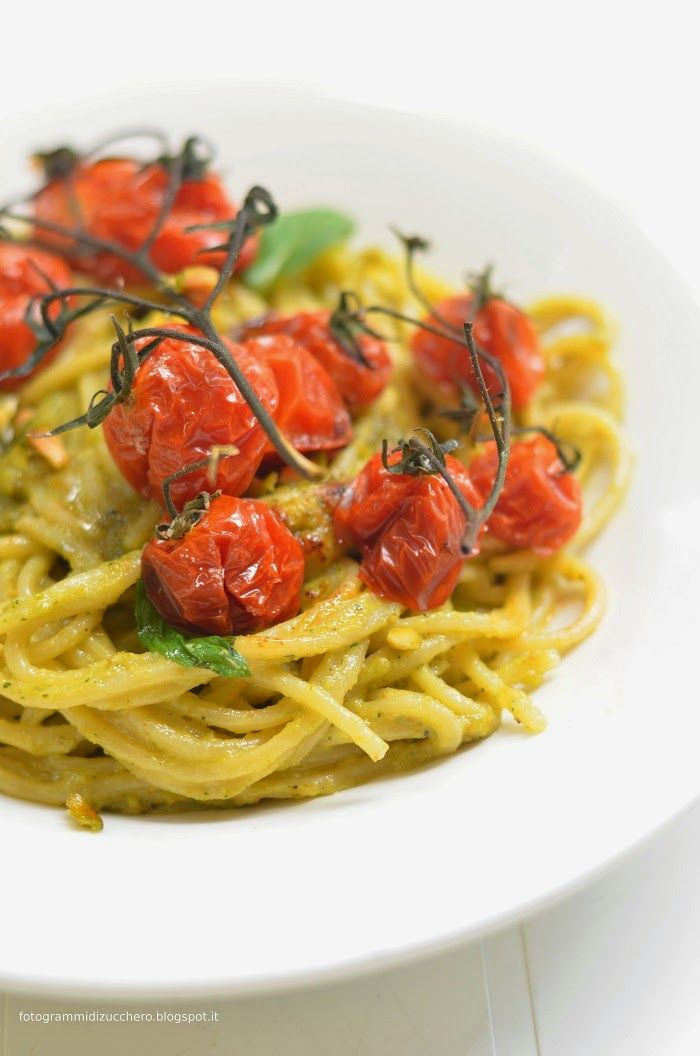 Spaghetti al pesto di pistacchi con pomodori confit alla menta romana - Frames of sugar-Fotogrammi di zucchero