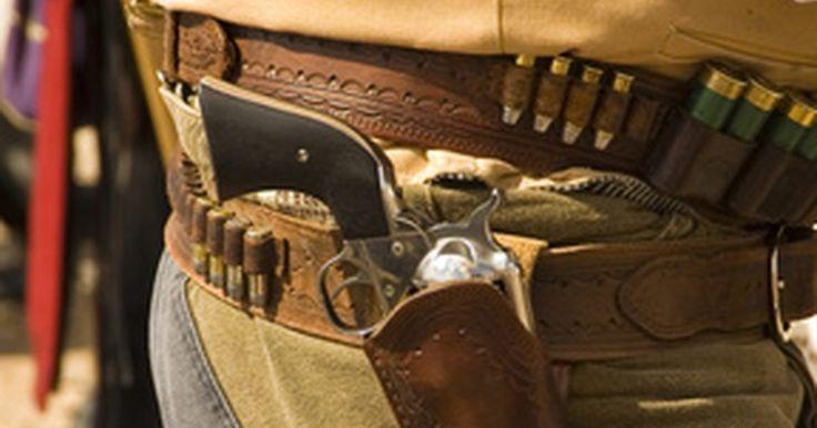 Como fazer coldres de polímeros. O coldre de pistola mais comum no mercado é feito de couro. O couro é um tecido flexível que se ajusta ao peso da pistola quando colocada no estojo. Um coldre de polímero é feito com argila dura. A argila endurecida não cede quando a pistola é colocada no estojo. Crie o padrão para o coldre de polímero para pistola da mesma maneira que se cria o ...