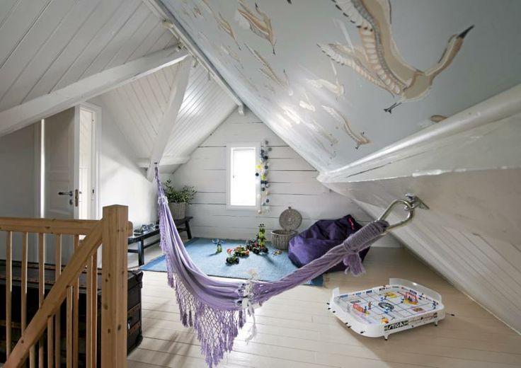 Loftet er full av spennende vinkler som skaper et interessant preg på rommet. Både gulv, vegger og bjelker er malt i hvitt for å få inn mest mulig lys.