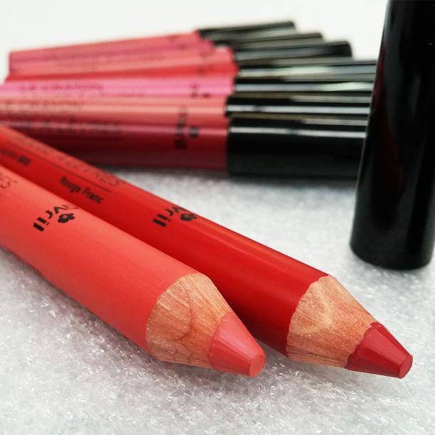 crayon rouge à lèvres avril cosmétique Bio et 100% naturel. Ces crayons rouge à lèvres Bio Avril longue tenue, à la texture très agréable, protègent et nourrissent les lèvres. Des teintes à la pigmentation intense et rendu mat. Au beurre de karité, huile de jojoba et huile de ricin bio. #avril #avrilcosmetique #ral #rougealevres #maquillage #levres https://e-benedetti.fr/crayon-rouge-a-levres-bio-avril/