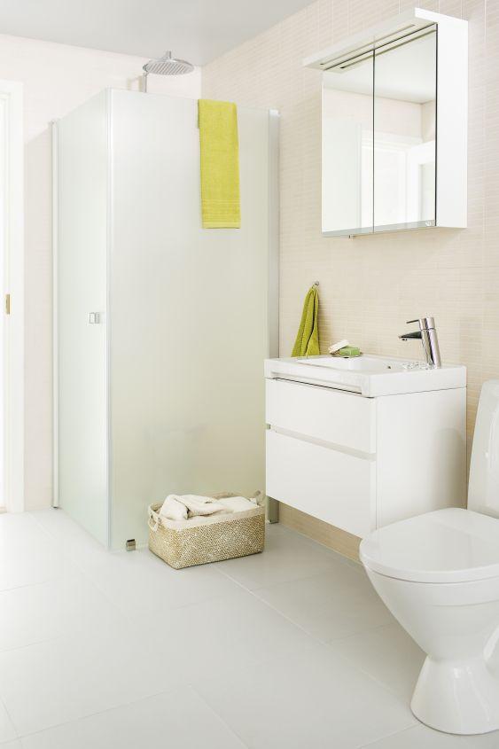 Värikkäät tekstiilit tuovat piristystä klassisen valkoiseen kylpyhuoneeseen.