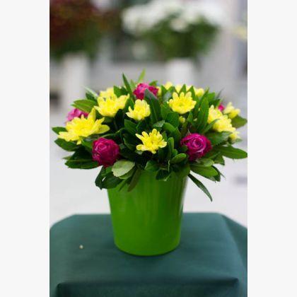 Φούξια-Κίτρινη σύνθεση με τριαντάφυλλα και χρυσάνθεμα.