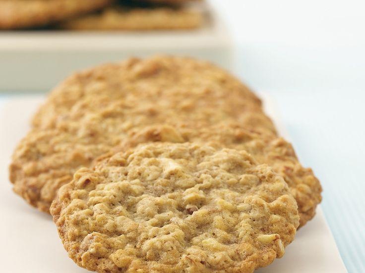 Bananen-Cookies mit Nüssen und Haferflocken | http://eatsmarter.de/rezepte/bananen-cookies-mit-nuessen-und-haferflocken