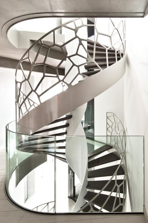 See-through spiral staircase with glass balustrade by Dutch manufacturer EeStairs