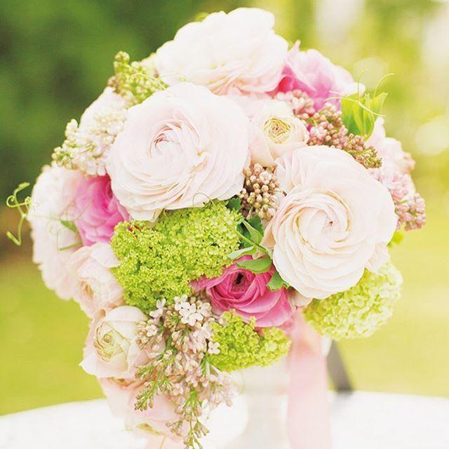 recruit_holdings on Instagram pinned by myThings 愛らしく華やかなラナンキュラスが主役  花びらが重なり合って丸いフォルムを描くラナンキュラスをメインにしたティアドロップブーケ。  #ゼクシィ #結婚 #ブーケ #花束 #ピンク #ブライダル #Weddeling #bridal #pink #Love #RECRUIT