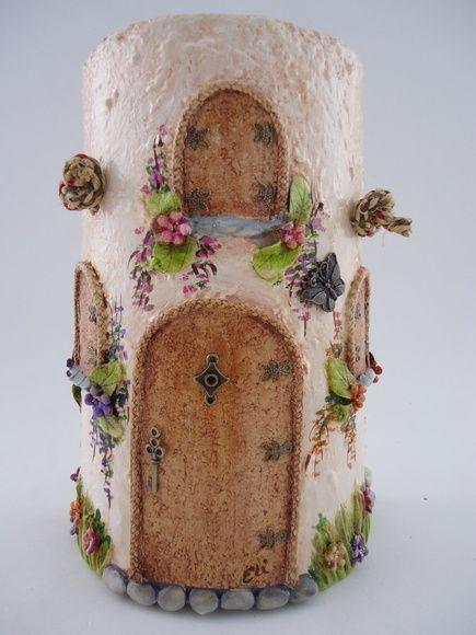 Telha decorada - Paulistinha sem telhado, pintura à óleo, porta e janela em cortiça, resina, peças de bijuteria e alça em macrame