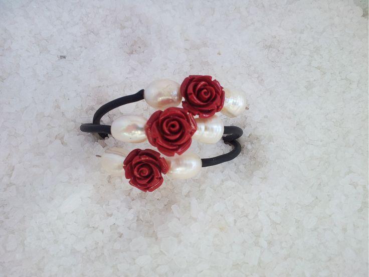 Pulsera montada en acero memoria recubierto de caucho + rosas resina + perlas cultivadas de rio. 19 euros