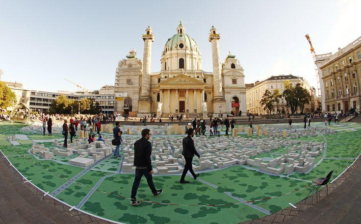 """Proyek seni """"Hypotopia"""", karya para mahasiswa UniversitasTeknologi Wina dipamerkan di depan gerejaKarlskirche di Wina, Austria."""
