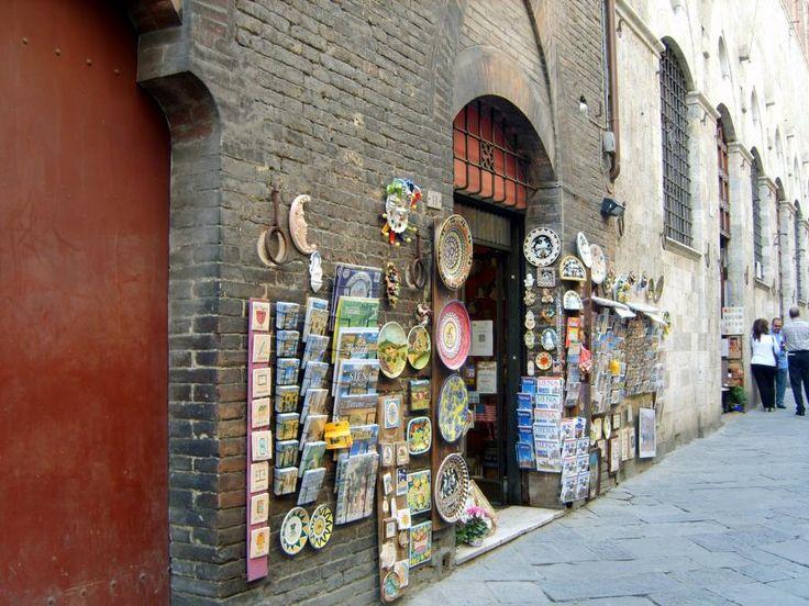 Центральная улица контрадо  Орел , ведущая к кафедральному собору города. На улице полно магазинчиков с сувенирами.