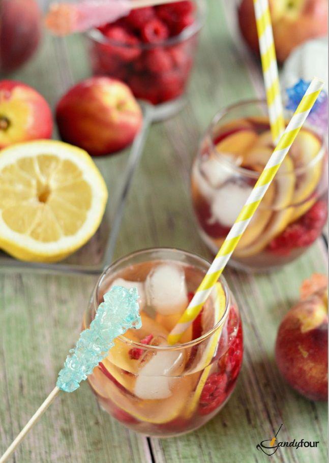 Gyümölcsös jegestea színes kandiscukorral. A receptet a kifoztuk.hu oldalán találjátok: http://www.kifoztuk.hu/receptek/alkoholos-alkoholmentes-italok/item/gyuemoelcsoes-jegestea-recept