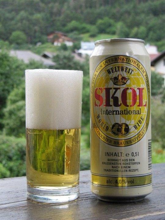 Cerveja Skol International, estilo Standard American Lager, produzida por Brau Union Österreich, Áustria. 4% ABV de álcool.