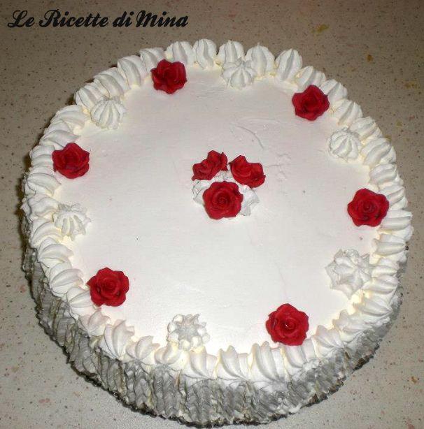 Torta delicata con panna e rose