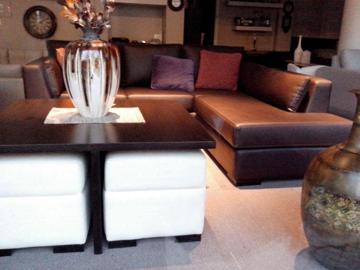Sillon en L con mesa donde se pueden guardar asientos