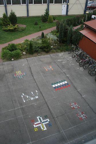 """A może zagramy w twistera? Kilka lat temu w ramach projektu """"Oswoić przestrzeń"""" w gimnazjum w Zabierzowie Bocheńskim szkolne podwórko zostało zaaranżowane tak aby zachęcić uczniów do aktywności. http://blogiceo.nq.pl/biedronka/2013/10/29/a-moze-zagramy-w-twistera/#comment-6"""