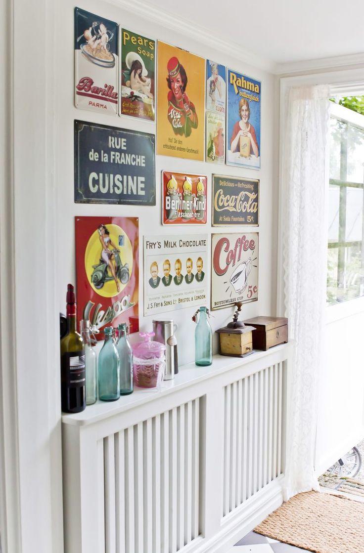 Idé! Dekorer en hel vegg med gamle skilt og bilder. Det er en effektiv og personlig måte å binde sammen farger i interiøret på.