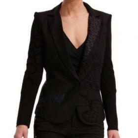 BLAZER DESIGUAL FLIS  Americana de mujer Desigual modelo Flis. Una chaqueta muy femenina en la que destacan los mensajes bordados.