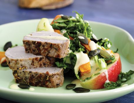 Svinemørbrad med salat af søde kartofler og kål med sennepscreme