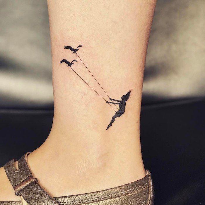 Tendre motif de tatouage féminin, balançoire avec deux oiseaux et une fille   – Tattoo Ideen