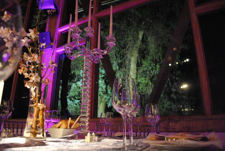 Iluminación Perimetral.  Son esos focos que están por todo el contorno ;) Ayudan a vestir el lugar y dependiendo del color, aporta distintas sensaciones (calidez, frescura, fashion, etc). Además, complementan la cristalería, porque se refleja el color en los centros de mesa, copas, etc. Un detalle maravilloso! #Matrimonio #Wedding #Novios #Novia #Musica www.mievento.cl :: contacto@mievento.cl