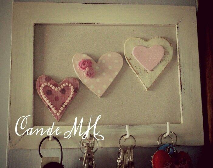 Marco de fotos reciclado en un bonito portallaves shabby, los corazones también hechos a mano y decorados con decoupage y goma eva.By CandeMH