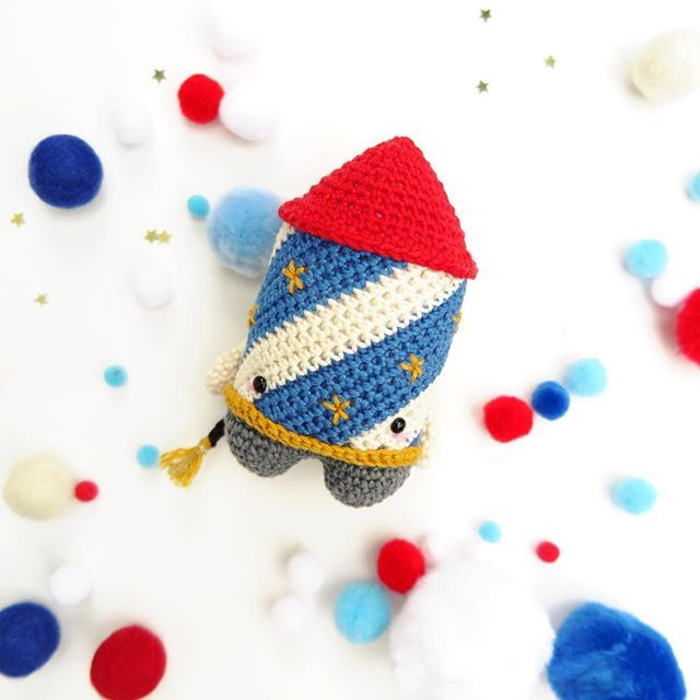 All you incredible Wonder Women and Captain Americas out there! Get your red, white & blue superhero outfits out of the closet and use your superpower to prepare amazing fireworks for 4th of July! .⠀ crochet pattern 'lalylala 4seasons New Years Eve - firework rocket Ziggy' can be launched from my Etsy shop (→ link in bio)⠀ .⠀ #lalylala #lalylaland #lalylalapattern #crochetpattern #lalylala4seasons #crochetlove #amigurumi #amigurumilove #amigurumipattern #crochetersofinstagram #instacrochet…