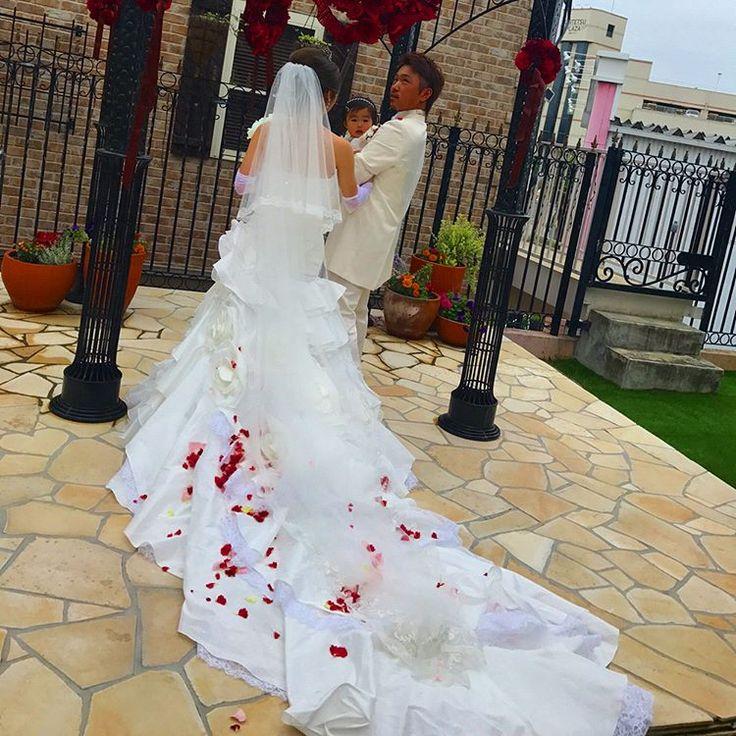 �� . . 先週の土曜日はかこの結婚式 ♡ ドレス姿はいつもに増してキレイで 式も披露宴も感動しまくり������ . 幸せがいっぱいのこんな素敵な式に 招待ありがとう��薫子の幸せそうな 姿を見てうちまで幸せな気持ち���� . また早くゆっくり遊びたいな〜�� . . #wedding #happy  #happywedding #friend #weddingdress #dress #white #red #pink #flower #love #pic #photo #結婚式 #ウエディング #ウエディングドレス #0513 #instagood#instalike #l4l #like4like http://gelinshop.com/ipost/1518608287937965882/?code=BUTLjEjga86