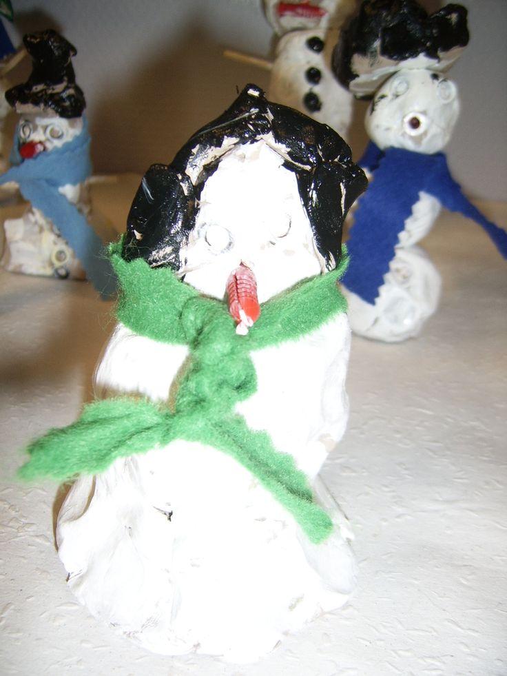 Sneeuwpop met oorwarmers... Gemaakt van klei, geverfd met glansverf.
