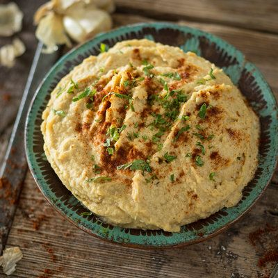 Perfekt zum Dippen, Bestreichen oder auch pur Naschen - diese Hummus-Variante trumpft mit gerösteter Aubergine und viel frischer Petersilie auf.
