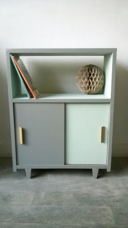 Petit meuble rigolo ! A mi-chemin entre le chevet et la mini bibliothèque, ce petit meuble est recto verso, accessible par les deux faces.