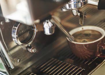 Ein perfekt zubereiteter Espresso am frühen Morgen, ganz einfach per Knopfdruck. Hol dir den Koffeinkick mit der besten Espressomaschine aus unserem Test. :)