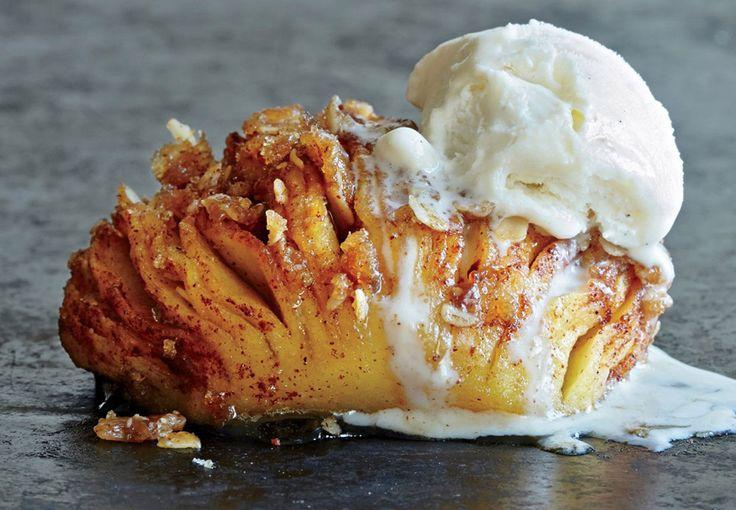 Tjek denne korte video på supersprøde og lækre Hasselback-æbler! Det lækreste, du kan lave med kanel, æbler og vaniljeis