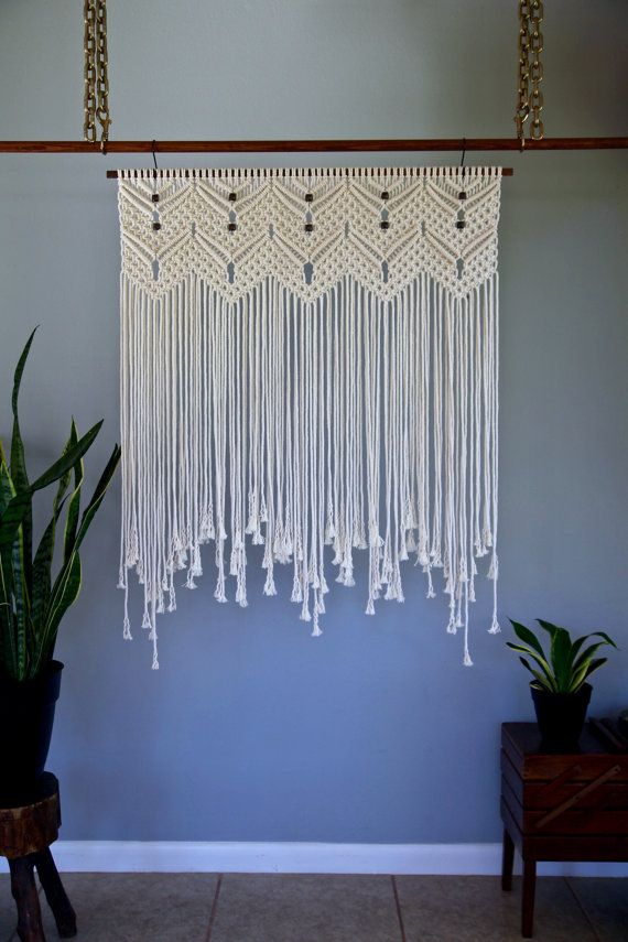 """Macrame colgante de pared - cable de algodón blanco Natural 36"""" pasador de madera con cortina de cuentas - escenario de la boda, - Boho Deco - listo para enviar"""