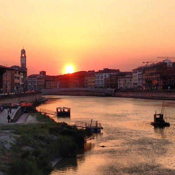 Tramonto sui lungarni di Pisa #tramontiamo
