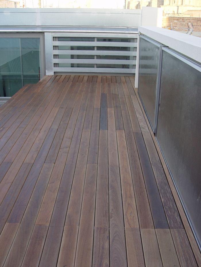 Tarima de madera de exterior de IPÉ aceitada instalada sobre rastreles de pino cuperizado anclados a estructura metálica preexistente