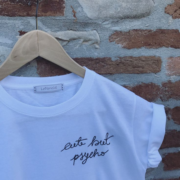 Maglietta in 100% cotone ricamata a mano con tecnica antica e tanta tanta cura!  Puoi scegliere il colore del filo inviandoci una nota al checkout.   Siamo felici di realizzare nuove idee e personalizzazioni! Esiste un'inserzione apposita dove potrai ordinare la tua tee e insieme la creeremo da