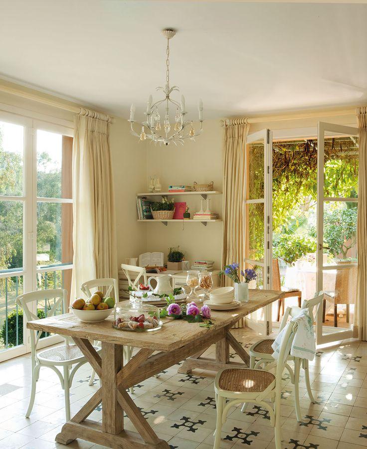 00315153. Office con una gran mesa de madera con sillas blancas sobre un suelo de baldosas hidráulicas_00315153