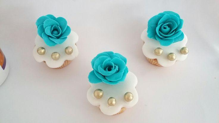 Mini cupcake com rosinhas verde azulada | Bluish green cupcake