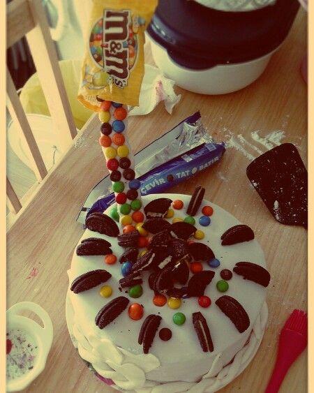 Oreolu ve m&ms doğum günü pastası