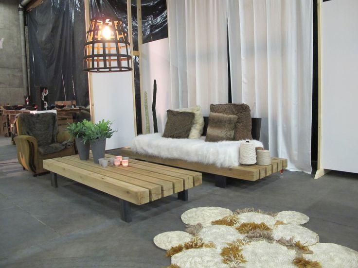 Zelfgemaakte meubelen en gehaakt tapijt