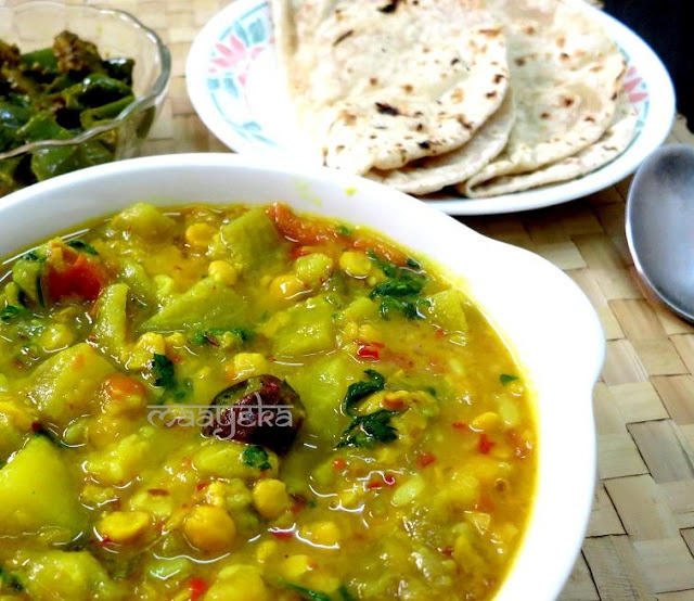 Mildly spiced bottle gourd and bengal gram curry