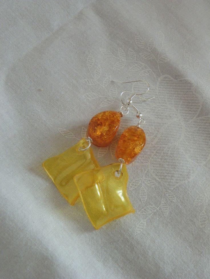 """orecchini """"riciclosi"""" realizzati con perle sintetiche e da un ciondolo quadrato ricavato da una bottiglia di plastica"""