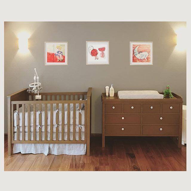 Cuna y cambiador 👶🏾🍰 hechos en madera de pino maciza y esmalte mate. . 👉🏾👉🏾@analeovy_art que hizo los dibujitos increíbles . . . . . #paramisobri #alvarin #yavaanacer #kidsroom #interior #toys #crib #cribbedding #changingtable #babygirl #babyboy #baby #babyroom #bedroom #bedroomideas #bedroomdecor #furniture #furnituredesign #design #interiordesign #art