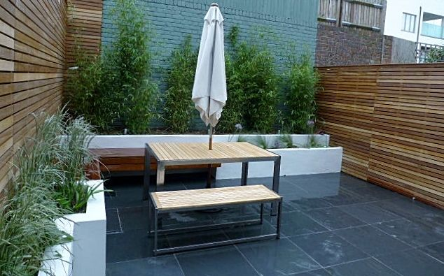 Slate paving patio courtyard small garden design clapham for Gardens with decking and paving