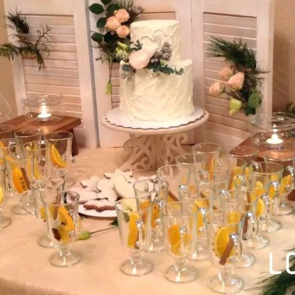 Студия декора Весна ✨❄️✨ Люблю зимние свадьбы они наполнены ароматами елки  и глинтвейна . #безфильтров #бекстейдж #bakstage ✨✨Свадьба очаровательной пары Альберта и Екатерины. #локация : SV Cafe Симбирские высотки. ✨✨#организация : @topwedding73 , @svetlananaumovaershova .  #глинтвейн и #имбирныепряники : @mobilebar_uln . #торт: @yaninamama . #букетневесты и #подушечкадляколец : @magiasvetov073 .  #аплайтинг: @royal_style_event .