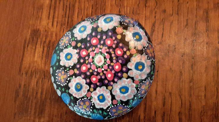 Galet peint à la main, décoration ou presse-papiers de la boutique SweetieCreation sur Etsy