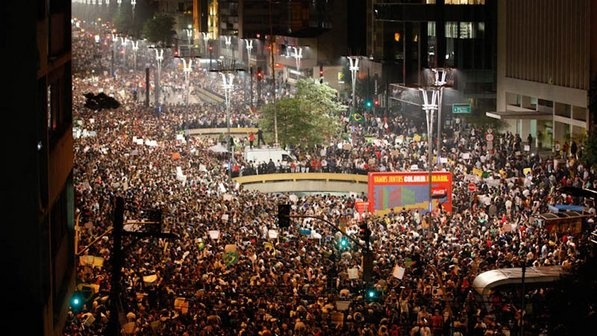 As manifestações populares dos últimos dias e o seu contexto político: Sao Paulo, Micelli Texts