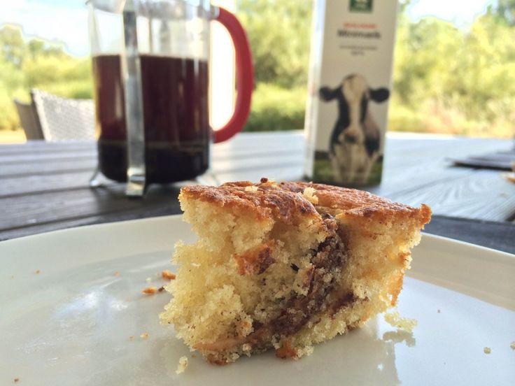 En meget lækker æblekage, der bages med æblebåde vendt i kanel og sukker.Kagen bliver meget svampet og er meget nem…